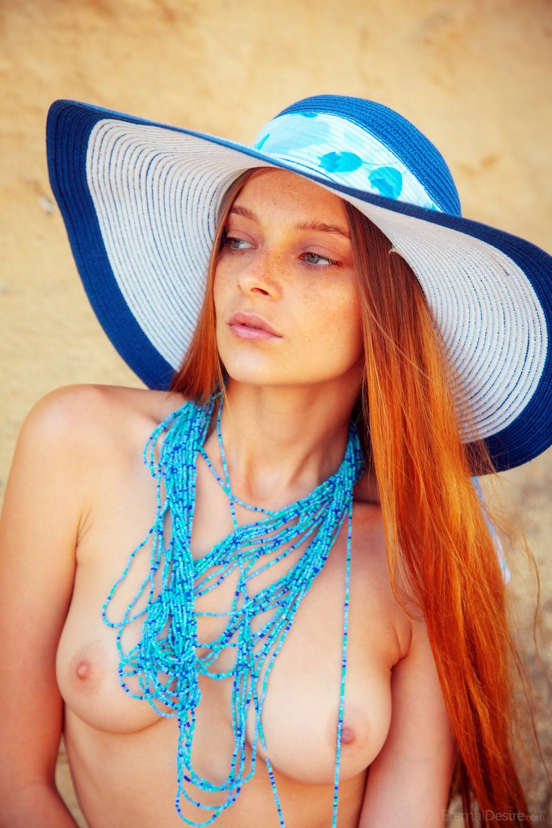 Angelina Belle Mädel Girl blaue Kette Redhead Redhair Hat Hut Nude Naked
